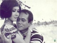 Minh tinh Thẩm Thúy Hằng và tài tử La Thoại Tân trong một cảnh phim.