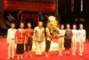 Thứ trưởng Bộ Văn hóa Thể thao Du lịch Đặng Thị Bích Liên đến dự và tặng hoa chúc mừng các học sinh.